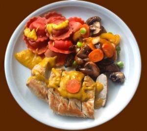 Putenbrust mit Currysoße und gefärbten Ravioli