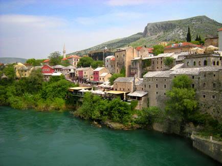Mostar Blick von der Brücke auf die Restaurantterrasse