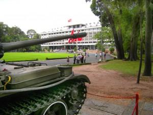 Panzer vor dem Wiedervereinigungspalast in Saigon