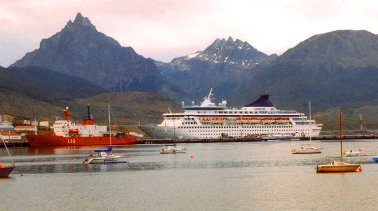 Argentinien Norwegion Crown vor Ushuaia