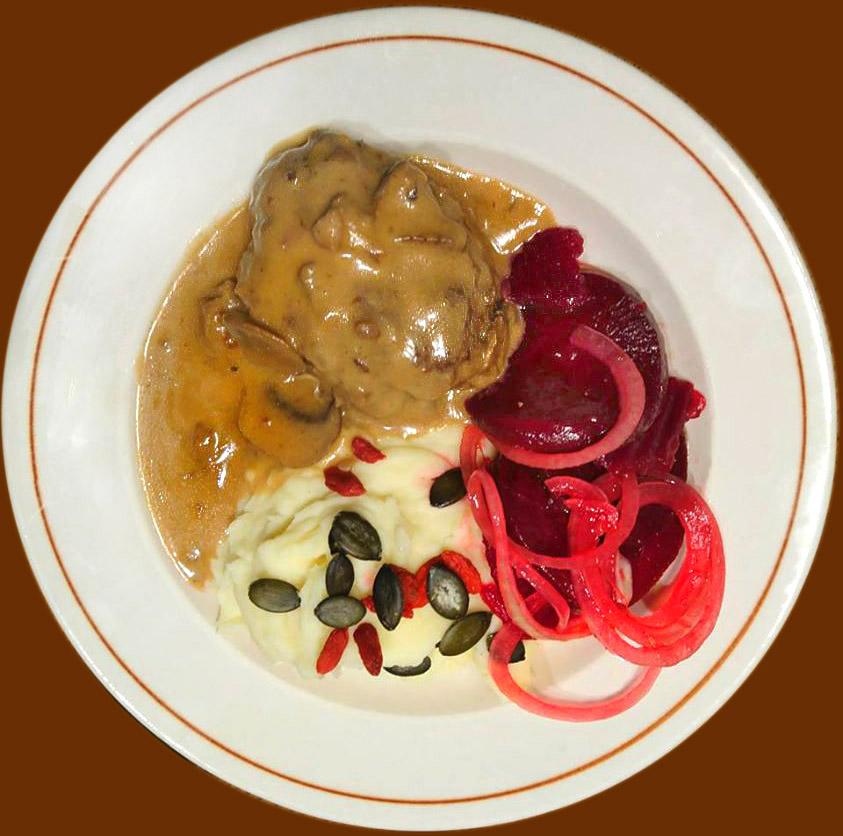 Deutsches Beefsteak mit Kartoffel-Sellerie Stampf und Rote Beete Salat