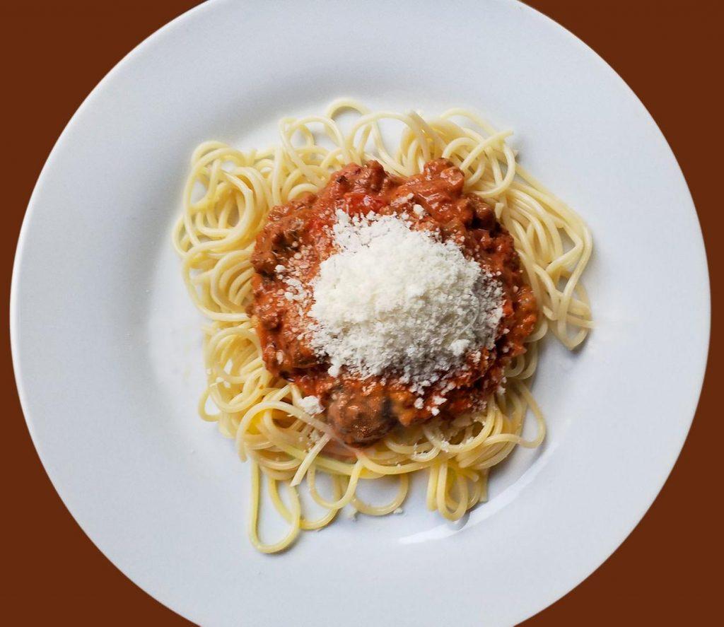 Pasta Asciutta, Nudeln mit Soße, Spaghetti mit Fleisch-Tomaten-Ragout und Parmesankäse