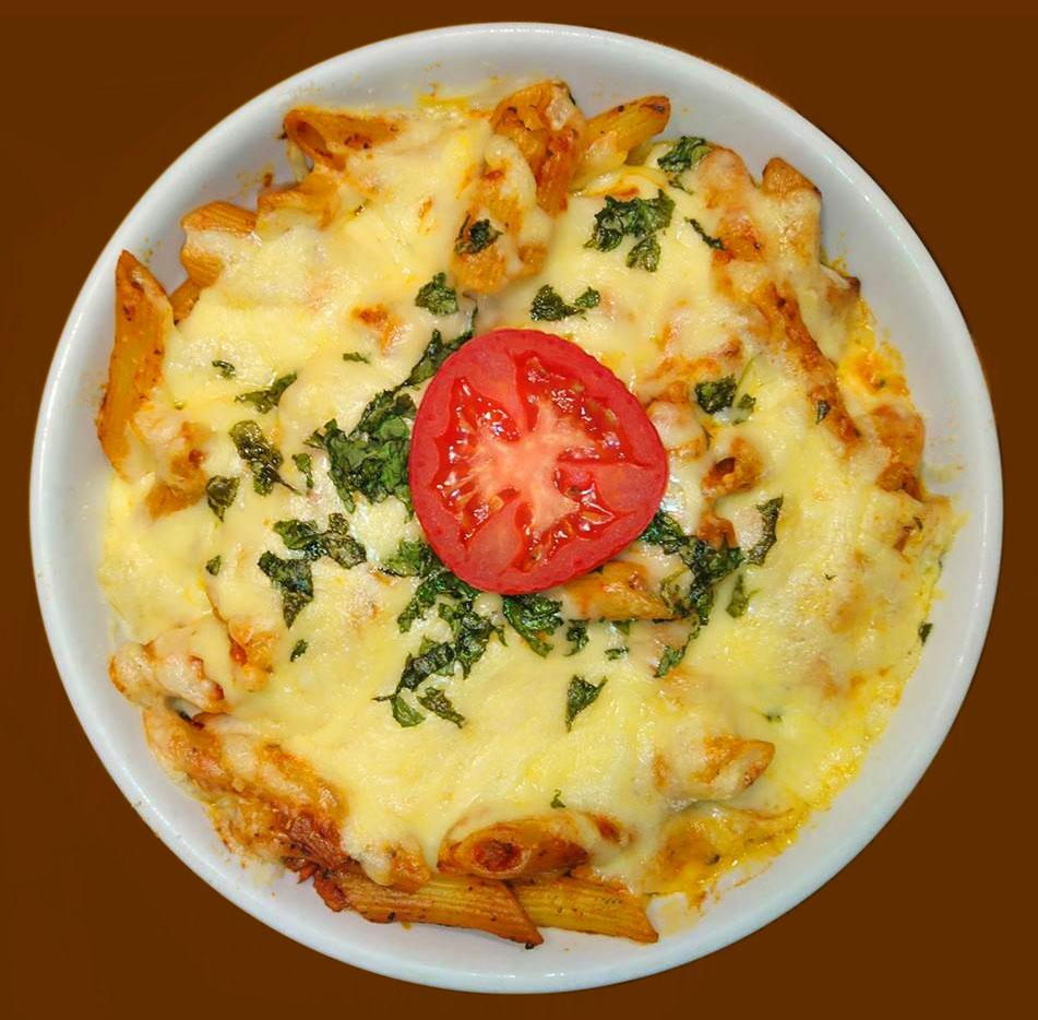 Penne mit Tomatensoße und Käse überbacken
