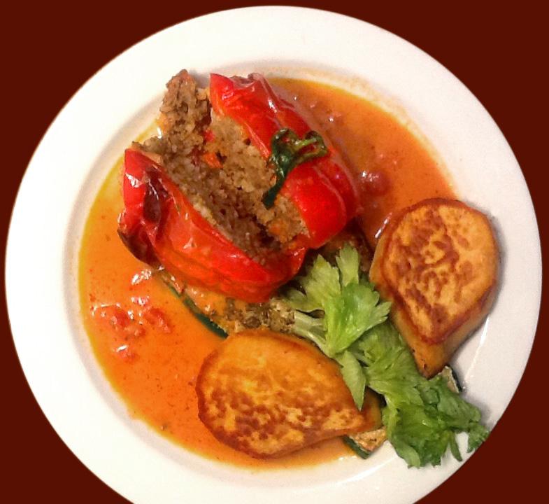 gefüllte Paprika mit gebratenen Süßkartoffeln als Tulpe