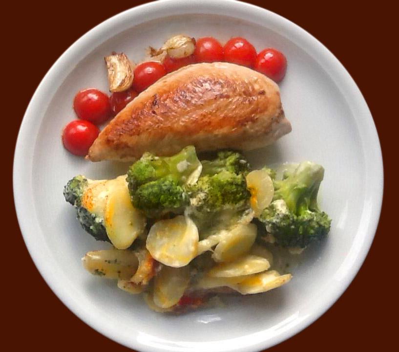 gebratene Hähnchenbrust mit Kartoffel-Broccoli-Gratin und Perltomatendeko