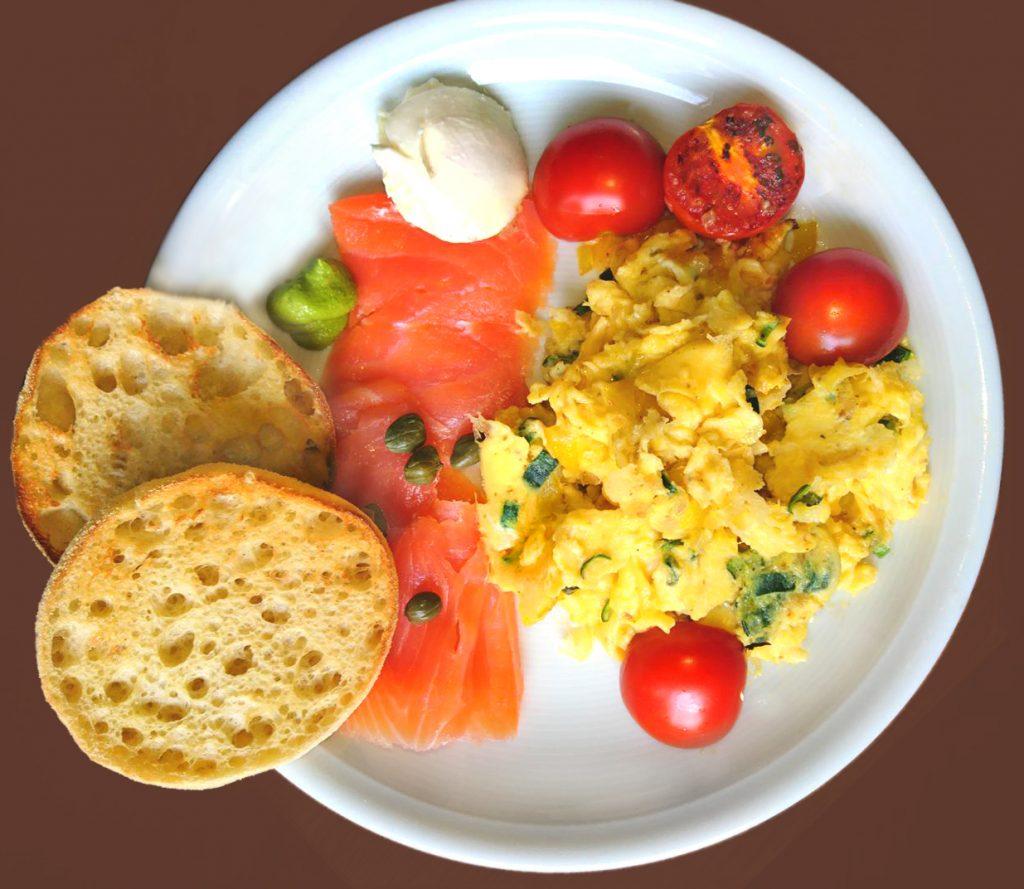 Frühstück mit Rührei und Lachs