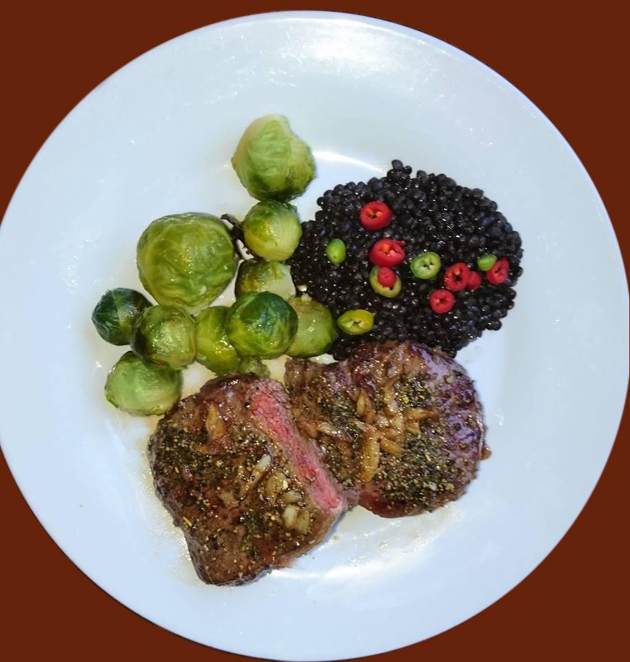 Beluga Reis mit Steak und Rosenkohl